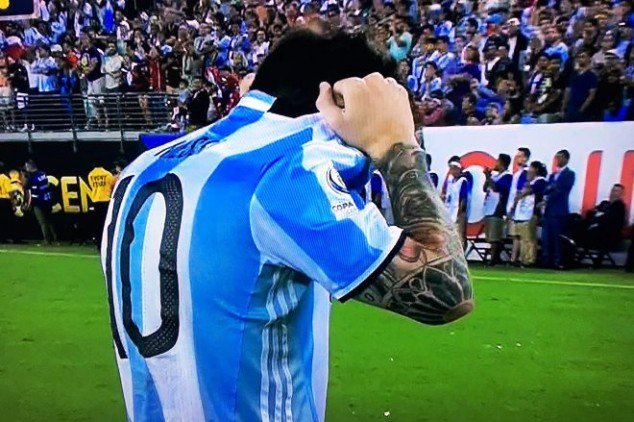 Video: Messi sprays penalty kick over crossbar