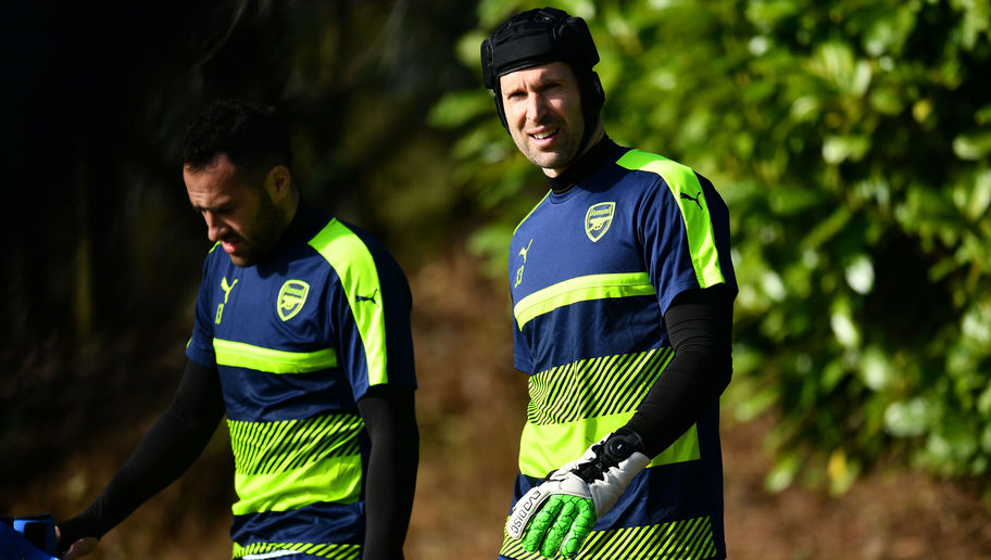 PHOTO: Petr Cech Now Wearing Adjustable Goalkeeping Gloves That Cost £120