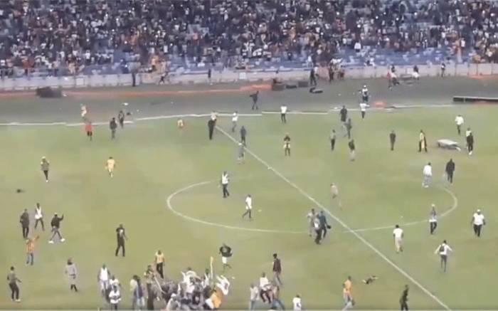 Watch: Unruly Kaizer Chiefs fans chase players out of the pitch, destroy property after loss